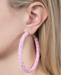 Argola de metal prateado com strass rosa Mauren