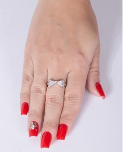 Anel de metal prateado com pedra rosa strass cristal Cecília
