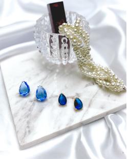 Brinco pequeno de metal dourado com pedra azul Perpétua
