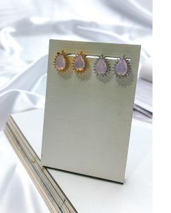 Brinco pequeno de metal dourado com pedra rosa Aurora