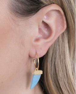 Argola de metal dourado com acrílico azul Kiara