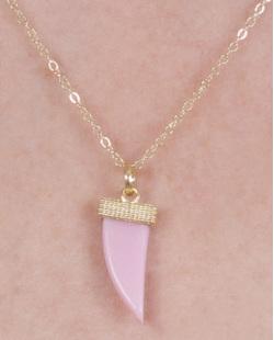 Colar de metal dourado com acrílico rosa Amarílis