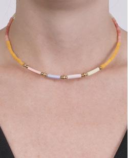 Gargantilha choker de metal dourado com pedras coloridas Lorena