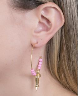 Argola de metal dourado com pedra rosa Ruby