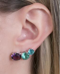 Ear cuff de metal prateado com pedra verde e roxa Adriele