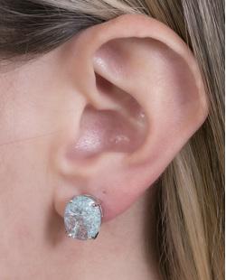 Brinco pequeno de metal prateado com pedra azul Perla