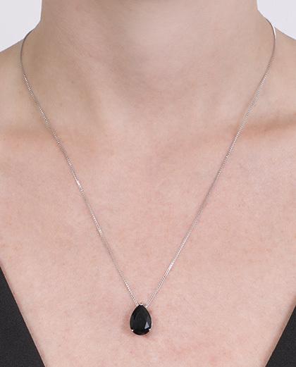 Colar de metal prateado com pedra preta Kauane