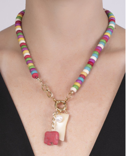 Colar de metal dourado com pedras coloridas e pingente vermelho Rayla