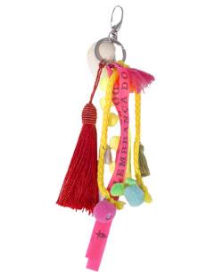 Chaveiro de metal prateado com acessórios coloridos Betina