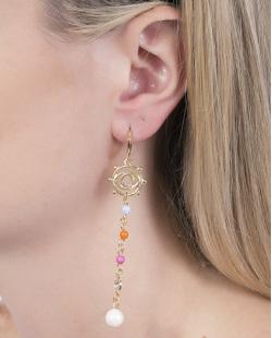Argola de metal dourado com pedra cinza, laranja e rosa Claudine