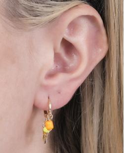 Argola de metal dourado com pedra amarela e laranja Carolina
