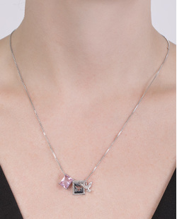 Colar de metal prateado com pedra rosa Fiorella