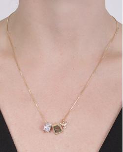 Colar de metal dourado com pedra cristal Fiorella