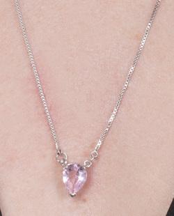Colar de metal prateado com pedra rosa Melissa