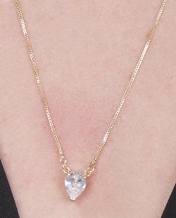 Colar de metal dourado com pedra cristal Melissa