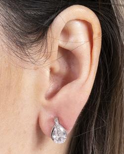Brinco pequeno de metal prateado com pedra e strass cristal Colucci