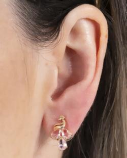 Brinco pequeno de metal dourado com pedra rosa Samy