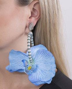 Maxi brinco de metal prateado com flor azul Beth
