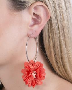 Argola de metal prateada com flor laranja Dale