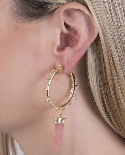 Argola de metal dourado com acrílico rosa Connie
