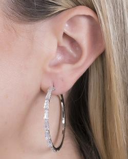 Argola de metal prateado com pedra cristal Dueny