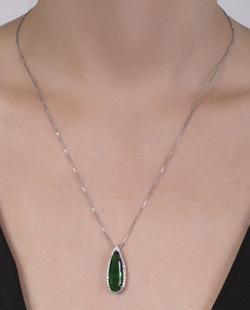 Colar prateado com pedra verde Ock