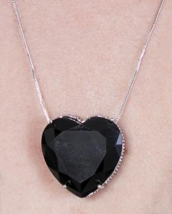 Colar prateado com pedra preta coração Betty