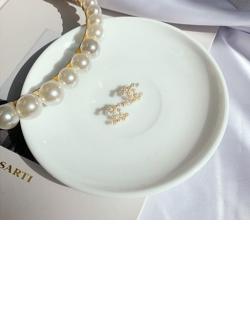Brinco pequeno dourado com pérola Chanel