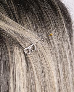 Presilha prateada com strass cristal letra B