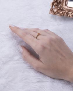 Anel folheado dourado com pedra cristal Woody