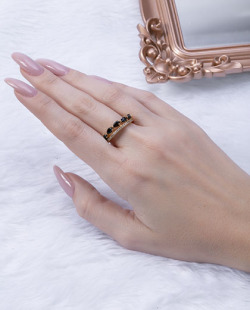 Anel dourado com pedra preta Line