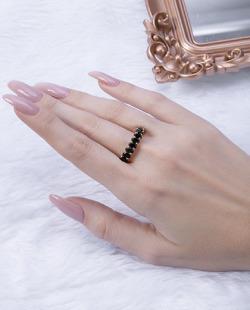 Anel dourado com pedra preta Titta