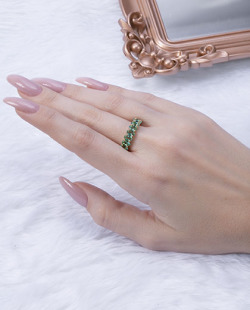 Anel dourado com pedra verde Titta
