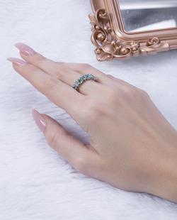 Anel prateado com pedra verde Lives