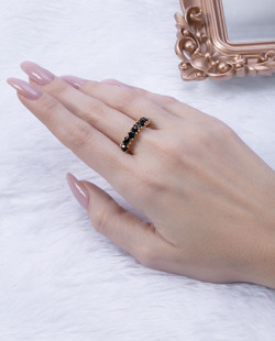 Anel dourado com pedra preta Lives
