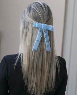 Presilha prateada com azul e pedra cristal Payne