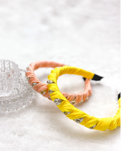 Tiara de tecido salmão com pedra cristal Tuka