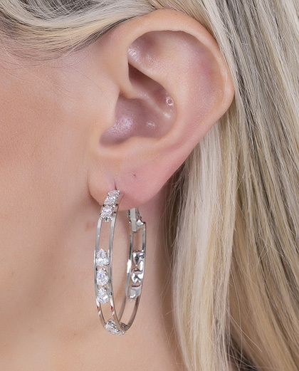 Argola prateada com pedra cristal Chike