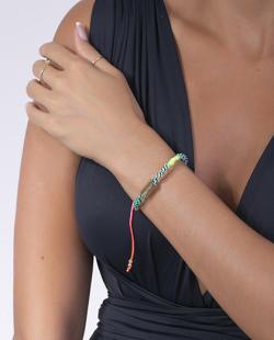 Pulseira colorida e dourada Anitta