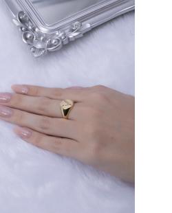 Anel dourado letra V
