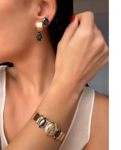 Mix de bijuterias e semi jóias douradas Ully