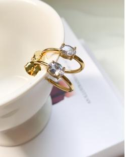 Argola dourada com pedra cristal Breath
