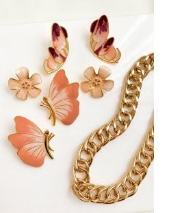 Brinco dourado borboleta esmaltada Maravilha rosê