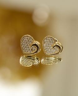 Brinco dourado cravejado coração delicado