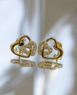Brinco dourado cravejado corações entrelaçados
