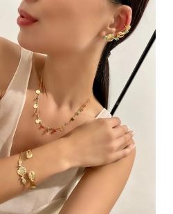 Colar MB Semi joia dourado cristais coloridos Medalhinhas